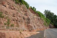Zarůstání vegetací 1 rok po sanaci. Horní partie pokryta protierozní výstužnou rohoží Macmat Maccaferri. Spodní partie pokryta ocelovou dvouzákrutovou sítí 6×8 Maccaferri.