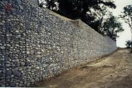 Opěrná zeď provedená pomocí dvouzákrutových gabionů Maccaferri.