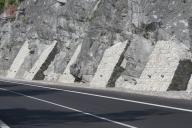 Betonové opěry obložené kamenem.