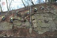 Liniový postup při čištění skalního svahu.
