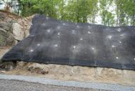 Ukázka užití protierozní výstužné rohože Macmat Maccaferri. Detail kotvení v ploše a spodní partii.