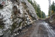 Odtěžení paty skalní stěny.