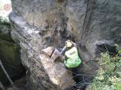 Ukázka dardování ve skalní stěně.