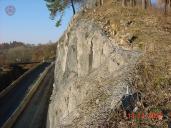 Detail kotvení ocelové dvouzákrutové sítě Maccaferri na horním horizontu skalního masivu pomocí ocelových lan a svorníků.