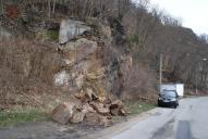 Důsledky skalního řícení na silnici.