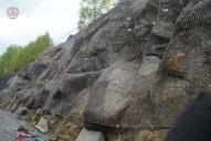 Ocelová dvouzákrutová sít Maccaferri. Detail kotvení v ploše pomocí CKT svorníků a detail spodního ukotvení pomocí lana a ocelových kotev s kovaným okem.