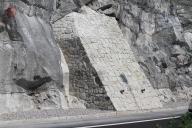 Betonová opěra, obložená kamenem.
