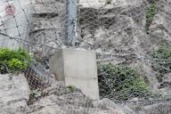 Dynamická bariéra Maccaferri 1000kJ – detail založení na betonovou patku z důvodů vyrovnání terénu.