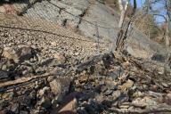 Linie tkaných PAD sítí a linie ocelových dvojzákrutových pletiv vyvěšených na stromech určených k likvidaci po splnění svého účelu – zachycení řízeného řícení s vysokým stupněm účinnosti.
