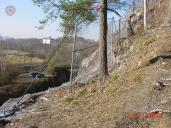 Ukázka užití lehkého záchytného plotu s využitím ocelové dvouzákrutové sítě Maccaferri - detail zpevnění lany a kotvení sloupku do boku.