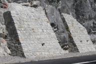 Betonová opěra obložená kamenem.