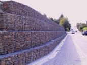 Opěrná zeď z dvouzákrutových gabionů Maccaferri.